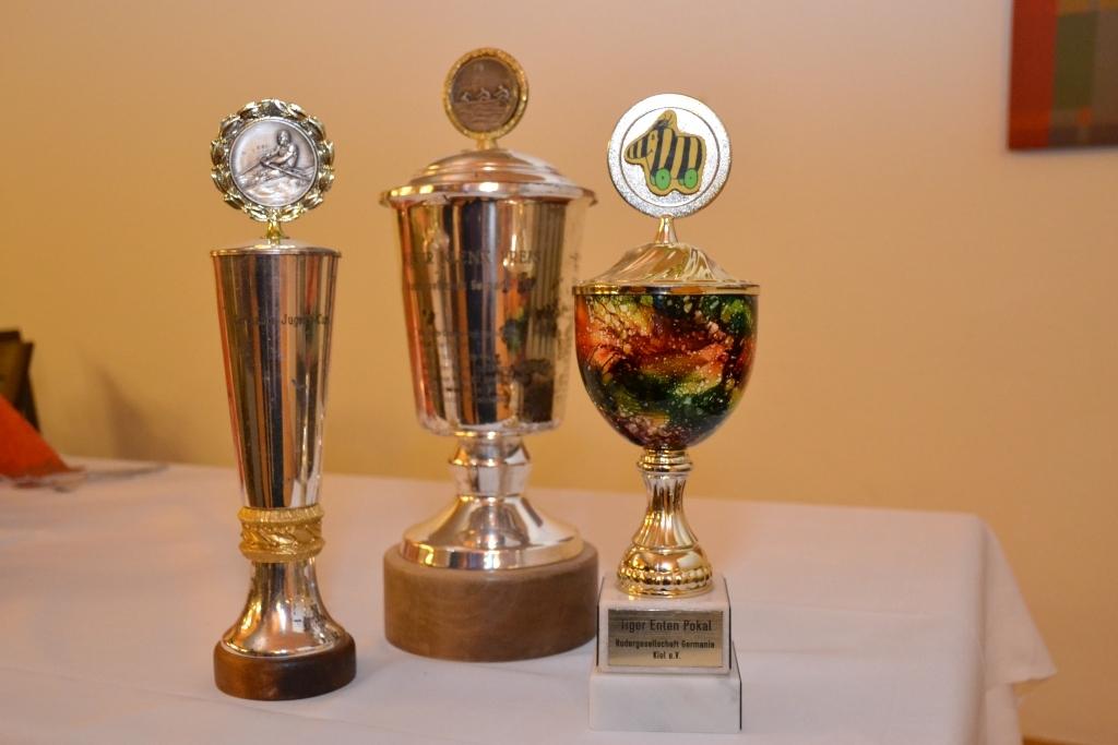 drei Pokale nebeneinander auf einem Tisch